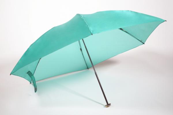 持っていることを忘れるくらい超軽量、超コンパクトな折りたたみ傘